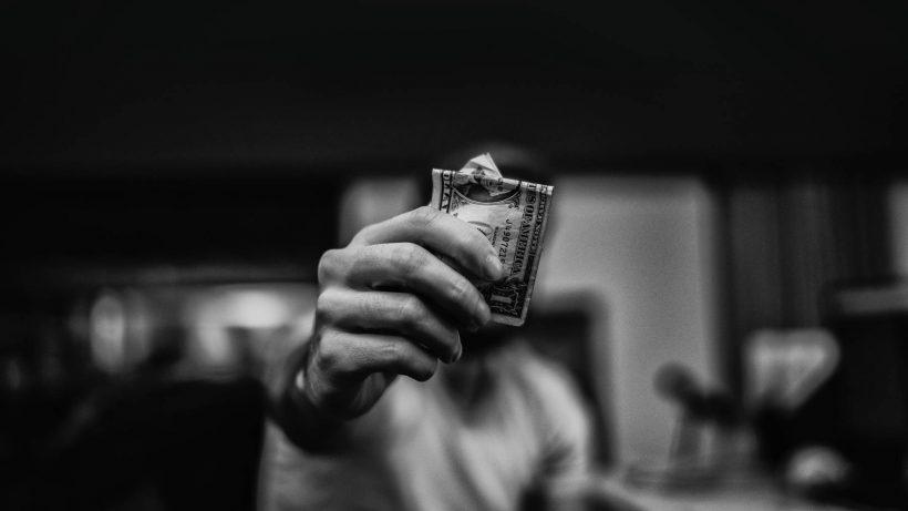 Jak bezpiecznie pożyczyć pieniądze od firmy pożyczkowej?